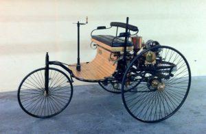 O primeiro carro - 1885. Movido a vapor.